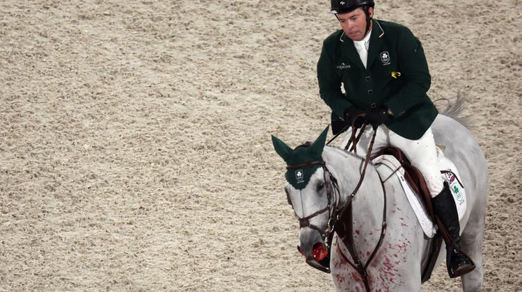 Der Ire Cian O'Connor reitet an den Olympischen Spielen mit Kilkenny durch den Hindernisparcour - kein Turnierverantwortlicher reagierte auf die missliche Lage des Pferds, das stark aus den Nasenlöchern blutete. (Friso Gentsch)