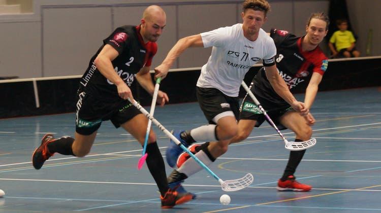 Die Limmattaler Unihockeyaner (dunkle Dresses) siegten dank viel Leidenschaft gegen Braillard, Grunder und Co. (Ruedi Burkart/Archiv)