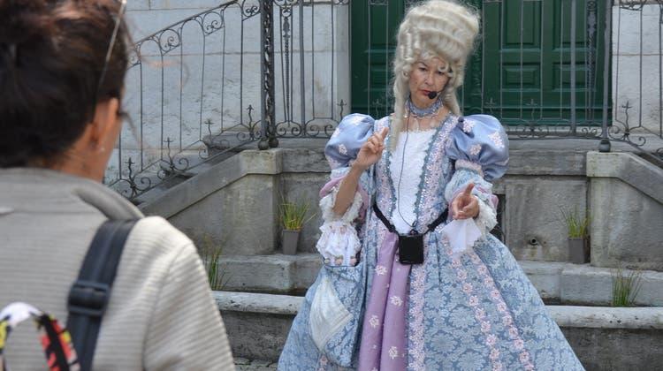 Madame de Coin erteilt vor dem Palais Besenval Tipps. (Fabio Vonarburg)