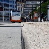 So ist es richtig: Bus-Haltekanten müssen eine ausreichende Höhe haben, damit Menschen mit Behinderung zusteigen können. (Hanspeter Bärtschi)