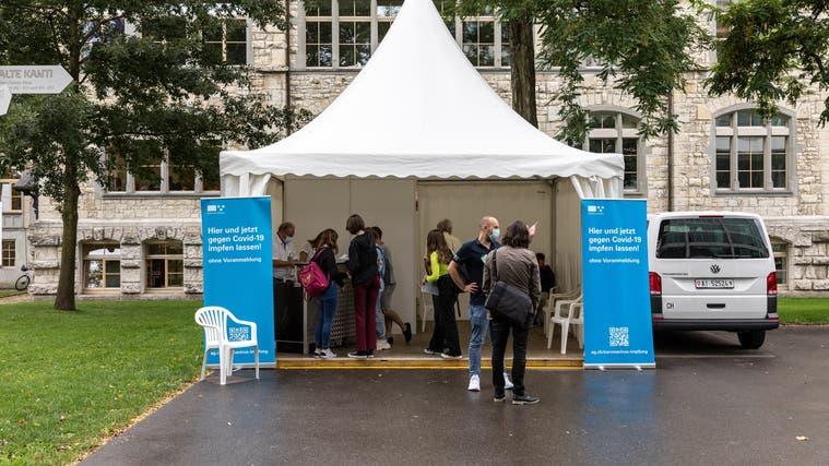 Im Aargau sind bereits mobile Impfteams im Einsatz, hier auf dem Gelände der alten Kantonsschule in Aarau. (Valentin Hehli)