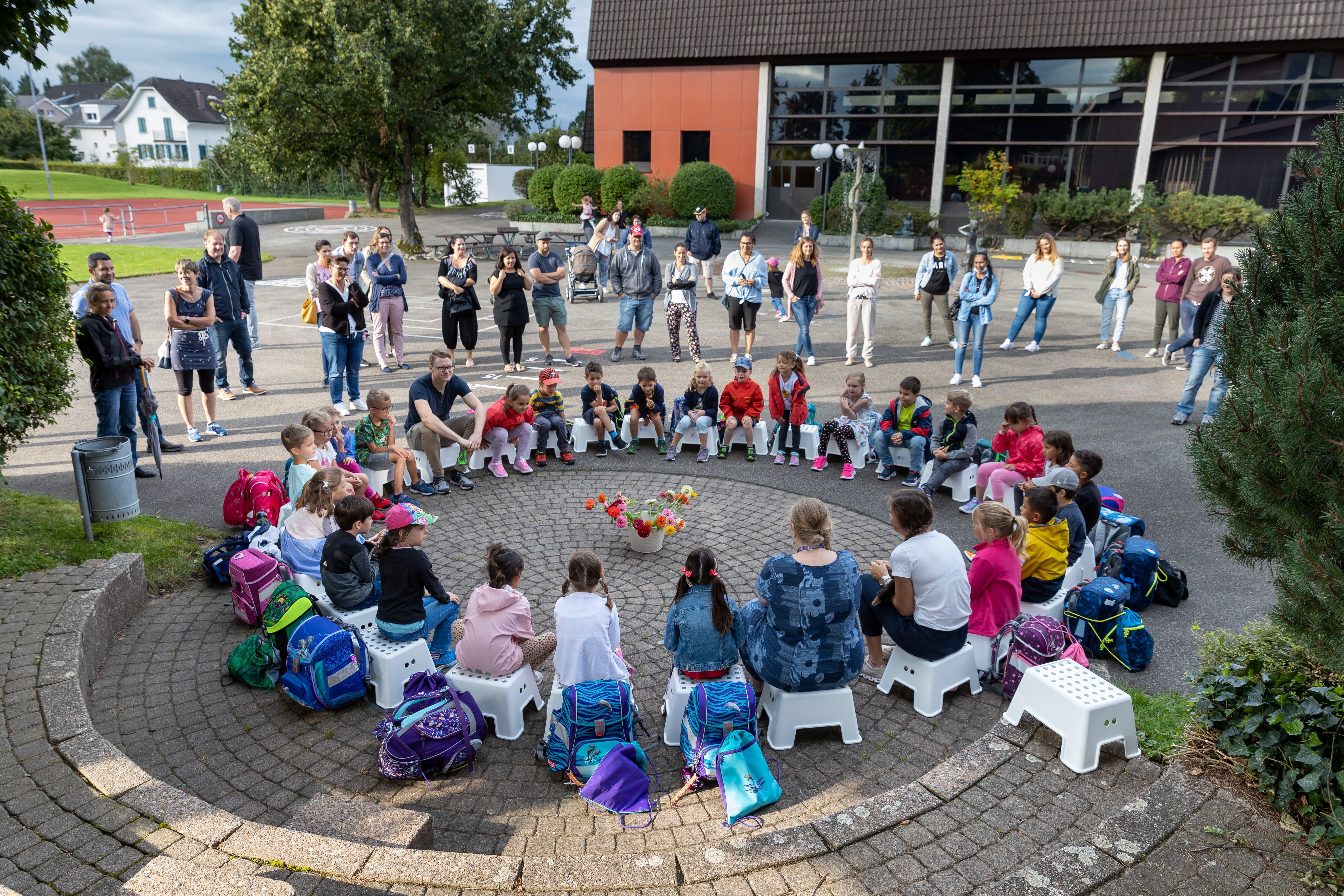 16.08.2021 - Schulbeginn in Gunzgen. 26 neue Erstklässler bei Klassenlehrerin Lena Kröplin.