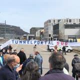 Im April dieses Jahres hat die überparteiliche Interessengemeinschaft «Oasar – Oase, aber richtig» einen Protestspaziergang durchgeführt und über das Projekt Oase sowie die Linienführung der geplanten Strasse informiert – hier beim Bahnhof Brugg. (Ina Wiedenmann)