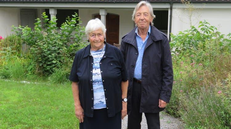 Ruth Hirt, 89, und Heinz Koch, 86, führten HunderteBesucher durch Bremgarten und zeigten ihnen auch unbekannte Plätzchen – wie hier den Präsident-Meier-Garten. (Marc Ribolla)