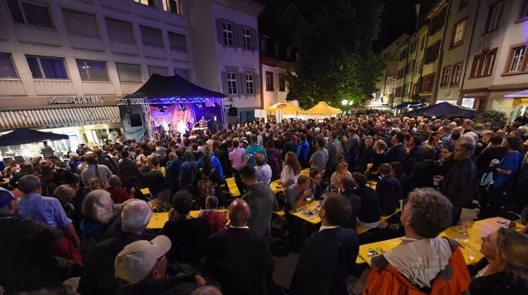 Konzerte wie hier auf dem Rümelinsplatz finden am diesjährigen «Em Bebbi sy Jazz» nicht statt. An 13 Orten in der Grossbasler Innenstadt darf sich dennoch auf einen musikalischen Abend gefreut werden. (Archivbild: Juri Junkov)
