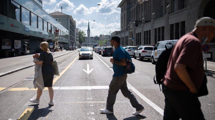 Die St.-Leonhard-Strasse zwischen Neumarkt und Hauptpost. Wie die innerstädtische Hauptverkehrsachse neu gestaltet werden soll, ist offen. Es gibt Kräfte, die wollen mehr Bäume pflanzen und Tempo 30 einführen. (Bild: Benjamin Manser)