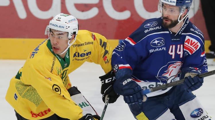 Der HC Thurgau (Jonathan Ang, links) und die GCK Lions (Roman Schlagenhauf) begegneten sich schon vergangene Saison auf Augenhöhe. Am Ende standen beide Teams mit je drei Siegen aus den Direktbegegnungen da. (Mario Gaccioli (Küsnacht, 14. Februar 2021))