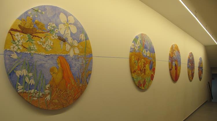 Die fünf Rundbilder von Flavia Travagliniim Sekretariatsgebäude der katholischen Kirche Urdorf zeigen Motive aus Dorothea von Flües Leben. (Virginia Kamm)
