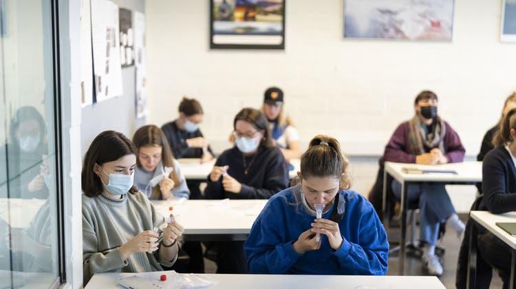 Spucktests an Schulen bleiben freiwillig. (Gaetan Bally / Key)