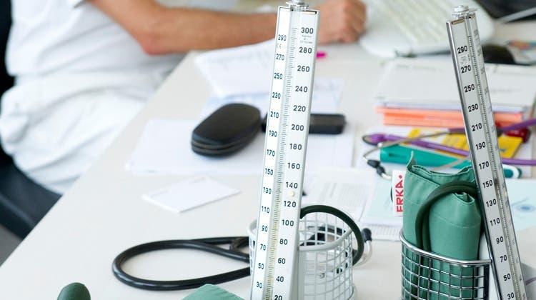 Zu hoher Blutdruck kann zu Herzschwächen, Infarkten oder Nierenschäden führen. (Ralph Ribi)