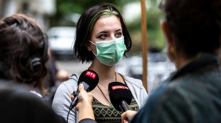 Die 18-jährige Hope Meyer, Schülerin der Neuen Kantonsschule Aarau, erklärt den nationalen Medien, warum sie sich impfen lässt. (Valentin Hehli)