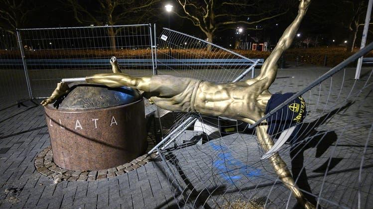 Abgebrochen, beschmutzt und den Kopf verdeckt: So zeigen Malmö-Fans ihren Unmut über Zlatan Ibrahimovics Einstieg bei Hammarby. (Keystone)