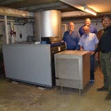 Vier Gemeinderäte zeigen die alte Ölheizung im Keller der Mehrzweckhalle: Franz Schaad, Urs Bosisio, Röbi Wirz und Peter Wyss (von links). (Andrea Weibel)