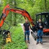 Die Forstwarte Nico Küng und Rahel Müller erklären ihre Arbeit. (Marc Ribolla)