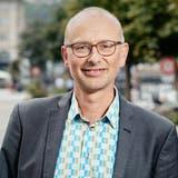 Nationalrat Michael Töngi auf dem Luzerner Theaterplatz. Hier fand 1983 eine grössere schwul-lesbische Demonstration statt, bei der die patriarchale Ehe zu Grabe getragen werden sollte. (Bild: Dominik Wunderli (Luzern, 17. August 2021))