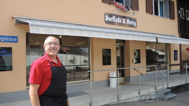 Walter Suter steht vor seinem Lebenswerk: Die Metzgerei und der Dorfladen in Oberflachs. (Carla Honold)