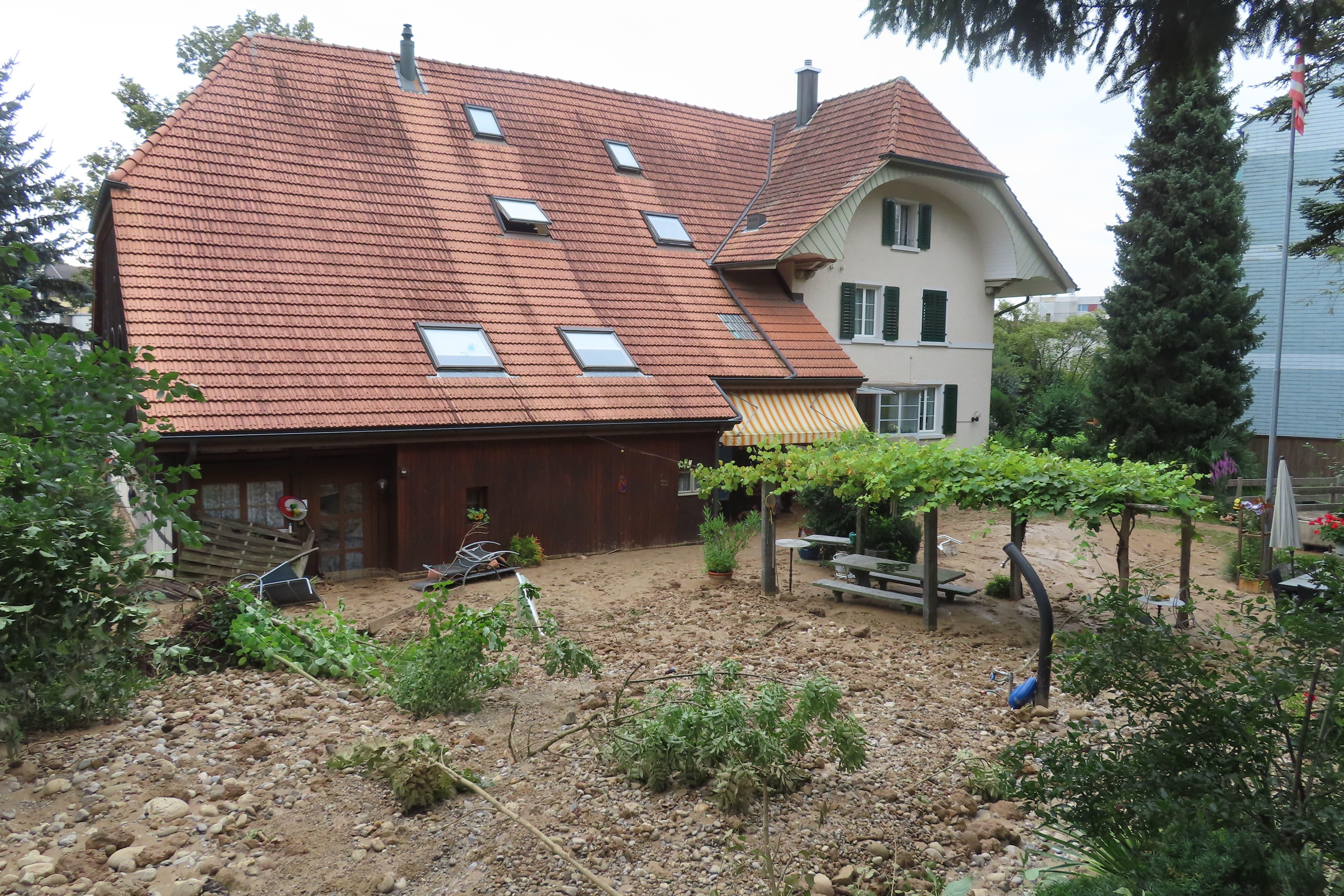 Der Garten von Cecilia und Anton Kaiser ist komplett verwüstet - vom Pool ist nichts mehr zu sehen.