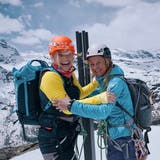 Beatrice Egli und ihre BergführerinSuzanne Hüsser auf dem Gipfel desRifflhorns. (Bild: Florence Gross/ Schweiz Tourismus)