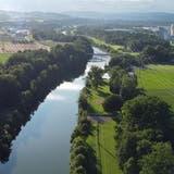 Die Gewässerraumlinie soll auf der Weinfelder Seite der Thur nicht dem Damm entlang (ganz rechts), sondern dem Waldweg entlang führen. So bleibt mehr Ackerland. (Bild: Mario Testa)