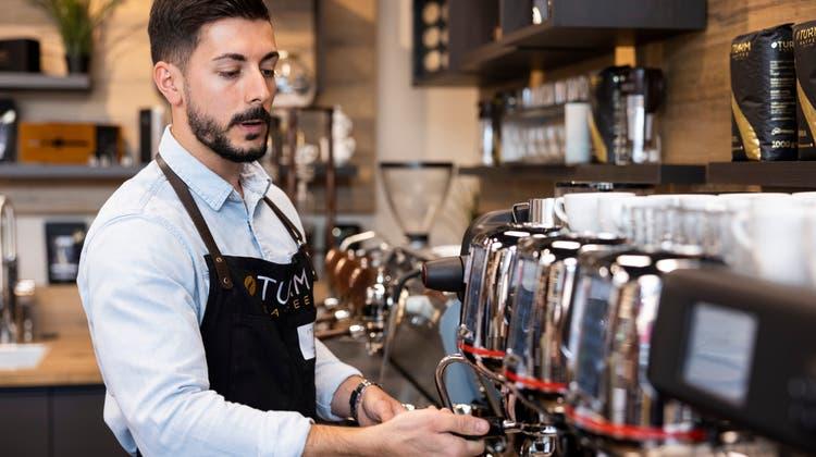 Lajos Horváth hat unter anderem schon in der Felix-Bar an der Kalkbreitestrasse in Zürich gearbeitet, nun ist er Barista-Trainer in Schlieren. (Severin Bigler / © CH Media)