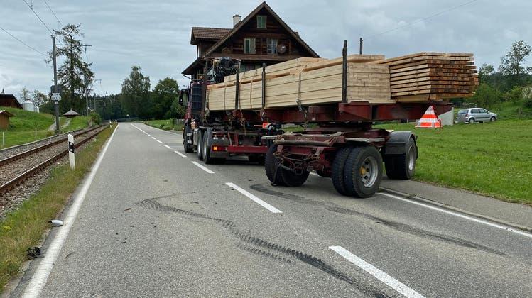 Im Gebiet Gölpi (Gemeinde Hohenrain) geriet am Donnerstagmorgen der Anhänger eines Transportfahrzeuges auf die Gegenfahrbahn, wo es zu einer Streifkollision mit einem entgegenkommenden Auto kam (Bild: Luzerner Polizei (Hohenrain, 19.8.2021))