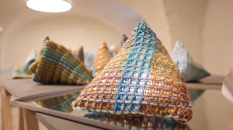 Von Islands Lichtern inspiriert: Ursula Vergészeigt kleine Dreiecke, die an Eisberge erinnern sollen. (Larissa Gassmann)