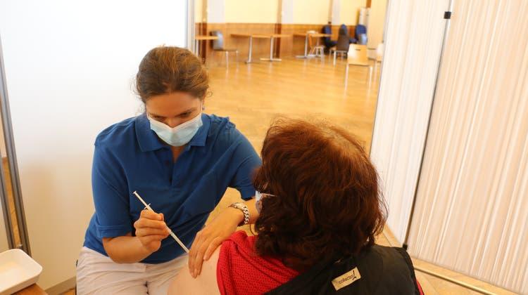 Cécile Kryl, Fachfrau Gesundheit vom GZF, verabreicht eine der letzten Impfungen im Bahnhofsaal in Rheinfelden. (dka (19. August 2021))