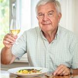 Genuss-Redaktor Urs Bader mit einem Teller Felchenfilets an Apfel-Cidre-Sauce.