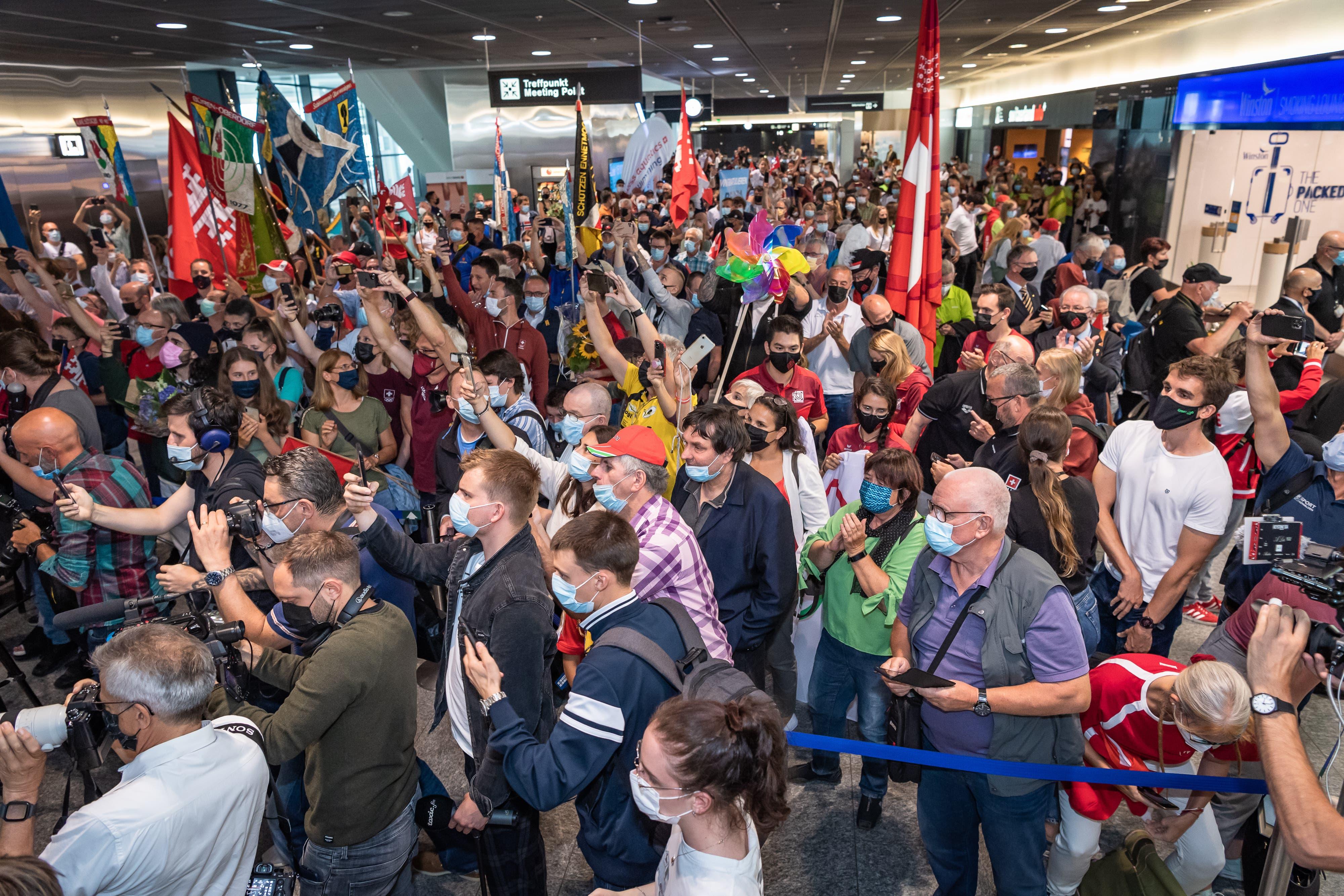 Viele Fans versammelten sich am Flughafen in Zürich.