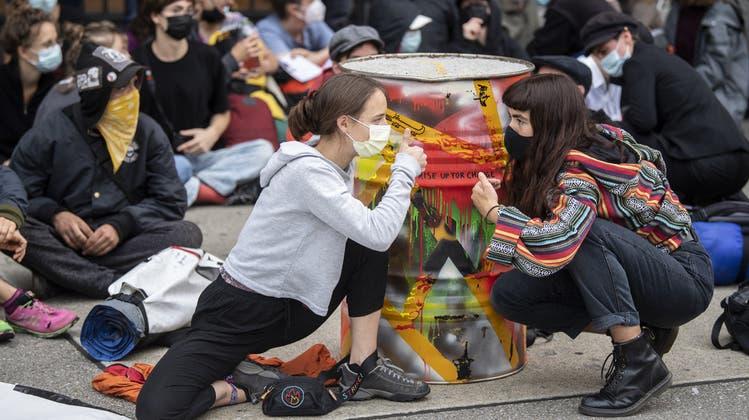 Um 8 Uhr begann die Polizei, die erste Blockade vor der Credit Suisse aufzulösen. (Keystone)