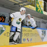 Jason Fritsche (vorne) und Fabio Hollenstein betreten als Erste das Eis. (Mario Gaccioli)