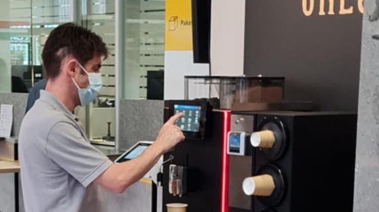 Vor der Briefaufgabe noch rasch einen Milchkaffee? Die Post testet neue Angebote in ihren Filialen. (zvg)