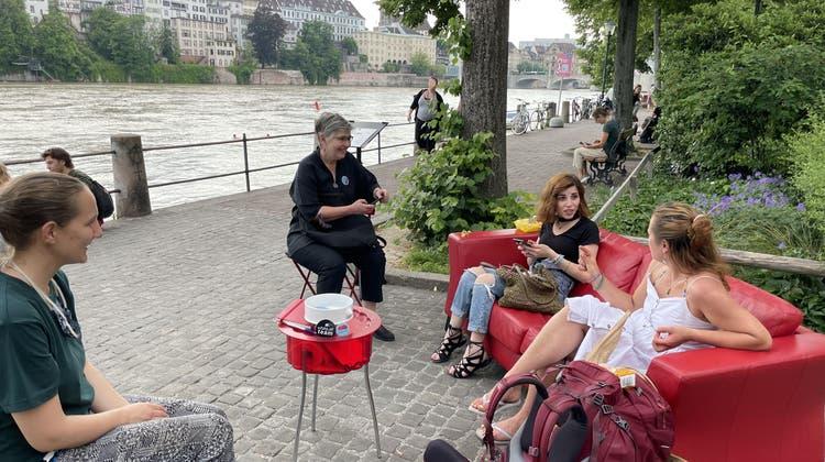 Das rote Sofa am Basler Rheinbord. (zvg)