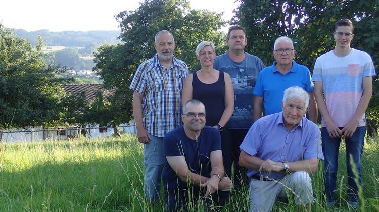 Die Kerngruppe der IG ländliches Wohnen Zetzbu. Diese kämpft dafür, dass die Wiese ob Zetzwil nicht ausgezont wird, sondern mit Einfamilienhäusern überbaut werden kann. (Cynthia Mira / Aargauer Zeitung)