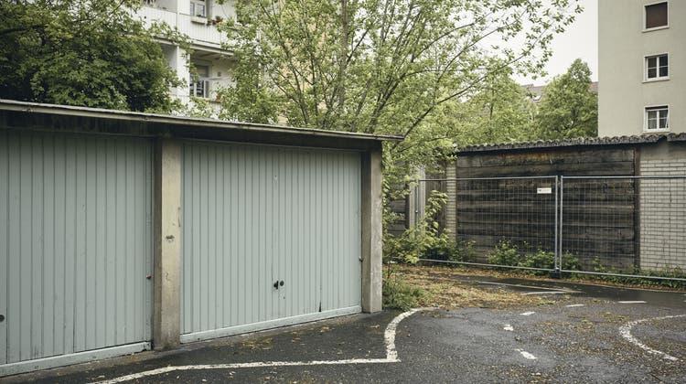 In der Garage kam ein unbekanntes Auto zum Vorschein (Symbolbild). (Roland Schmid)