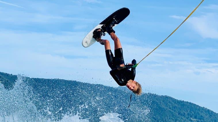 Kopfüber zur Goldmedaille: Henri Oldorff aus Uitikon gewinnt an der Schweizer Wasserski-Meisterschaft in der Kategorie Figurenfahren. (zvg)