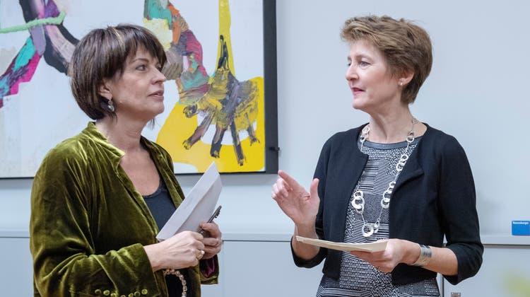 Doris Leuthard und ihre Nachfolgerin Simonetta Sommaruga bei der symbolischen Schlüsselübergabe im Dezember 2018. (Keystone)