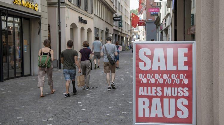 Der Ausverkauf sorgte im Juli für leicht tiefere Konsumentepreise. (Symbolbild) (Keystone)
