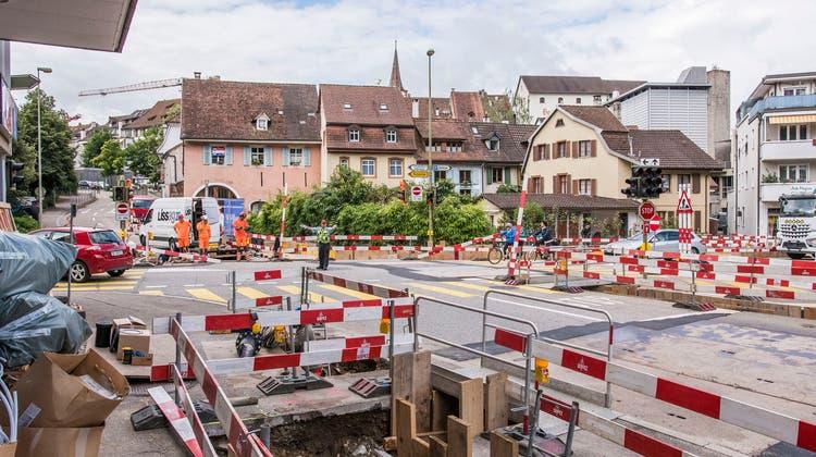 Wegen der regen Bautätigkeit verlängert sich die Wartezeit an der Gestadeck-Kreuzung. Ein Kreisel soll her, finden zwei Einwohnerräte. (Nicole Nars-Zimmer)