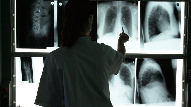 Bei der Analyse von Röntgenbildern sind KI-Tools mittlerweile meistens besser als Menschen. Es kommt aber stark darauf an, wie die Programme trainiert worden sind. Bei Covid-19 haben die KI-Tools versagt. (Urs Flüeler)