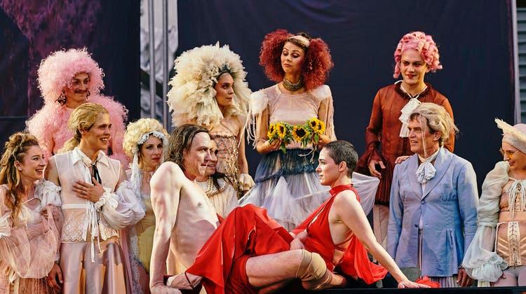 Regisseurin Karin Henkel bietet in «Richard the Kid & the King» vier Stunden langes Theaterglück (Kristof Van Boven und Lina Beckmann). (SF / Monika Rittershau)