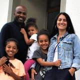 Leys Francisque und Rebecca Probst mit ihren drei Kindern vor dem neuen Dorfladen. Anfang September wird die Eröffnung gefeiert. (Sibylle Egloff / Limmatwelle)