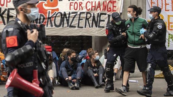 Menschen der Gruppierung von «Rise Up for Change» werden verhaftet. Sie haben bei der Besetzung der Grossbanken Credit Suisse und UBS in Zürich teilgenommen. (Keystone (Zürich, 2. August 2021))