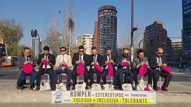 Die Hombres Tejedores (webende oder strickende Männer) an einer Aktion in Chile.