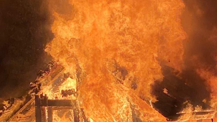 In der Nacht auf Samstag brannte eine Gartenhütte an der Mumpfer Hauptstrasse lichterloh. Die Polizei ermittelt. (Zvg)