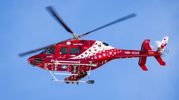 Auch ein Helikopter der Air Zermatt war im Einsatz. (Symbolbild) (Keystone)