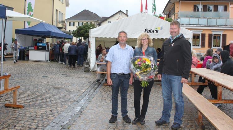 Gemeindepräsidentin Sandra Huber mit Thomas Hübscher, (links), Präsident der Bildungs- und Kulturkommission und Mischa Scherrer.