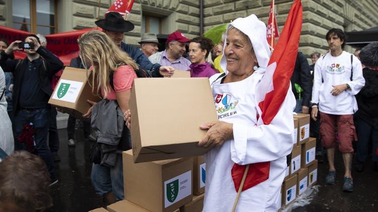 Sie könnten am Samstag Schützenhilfe von der SVP erhalten: Gegner des Covid-19-Gesetzes beim Einreichen des Referendums. (Keystone)