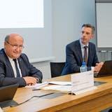 Regierungsrat Peter Hodel (l.) präsentiert mit Steueramt-Chef Thomas Fischer den Gegenvorschlag zur Steuersenkungsinitiative. (Corinne Glanzmann)
