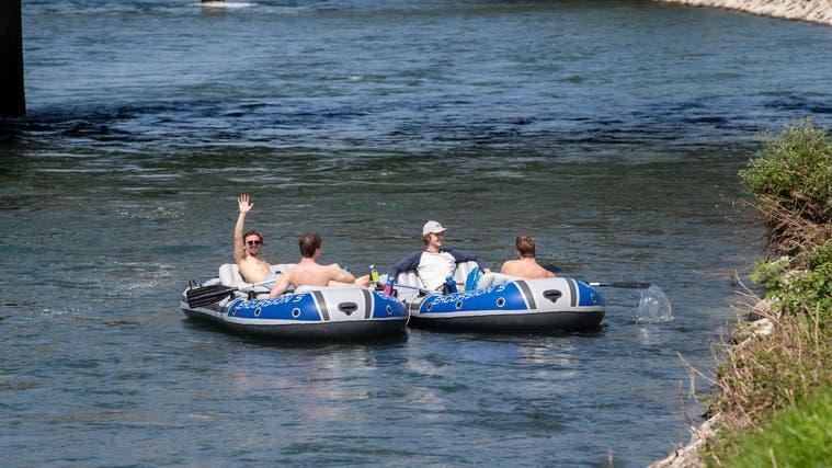 Sie freuen sich auf die Fahrt: Vier Männer haben in Gisikon gerade eingewässert. (Bild: Nadia Schärli (Gisikon, 20. August 2021))